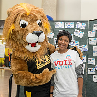 Roary (mascot) with student